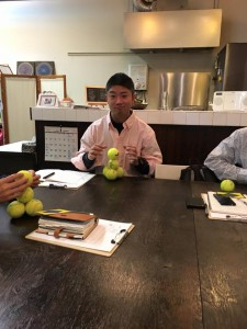 三浦さん 講義風景 テニスボール積み 楽読京橋 集中力ベーシック講座 阿部洋太郎